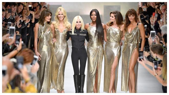 6 Na reviji Versace 2017. sa Carlom Bruni, Donatellom, Naomi Campbell, Cindy Crawford i Helenom Christensen
