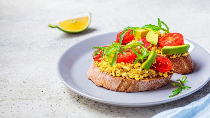 Sendvič sa omletom, avokadom i ćuretinom