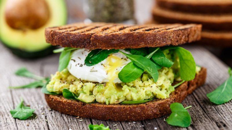 Pikantni sendvič sa jajetom i avokadom