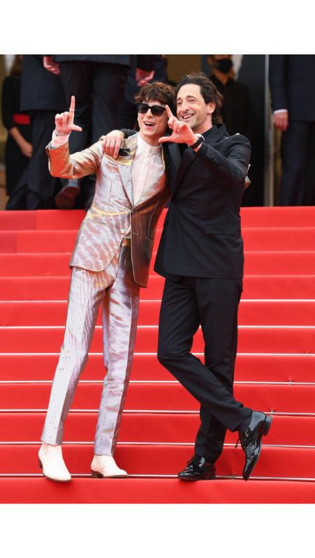 Timothée Chalamet u Tom Ford metalik odelu i Adrien Brody u crnom odelu sa Dior potpisom